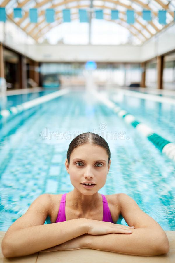 Relaxamento pela piscina fotografia de stock royalty free