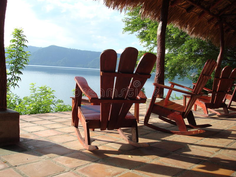 Relaxamento pelo lago imagem de stock royalty free