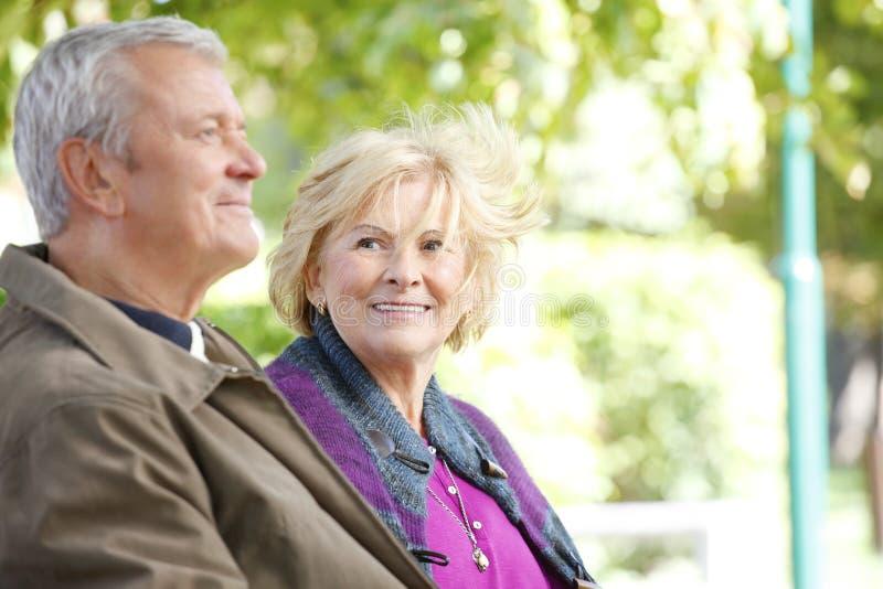 Relaxamento superior de sorriso dos pares exterior imagem de stock