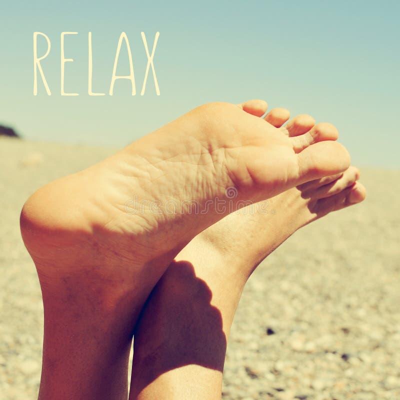 Relaxando na praia, com um olhar retro fotografia de stock