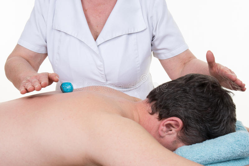 Relaxar em um campo cura da energia da massagem - fotografia de stock royalty free