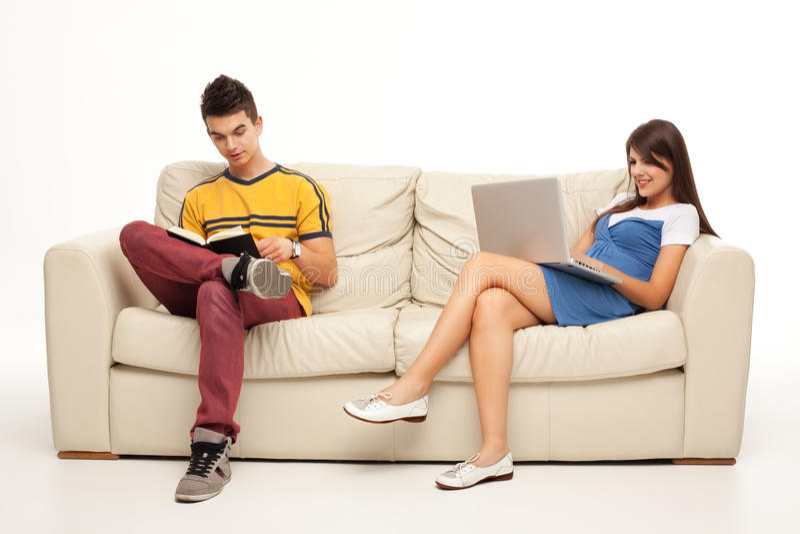 Relaxation avec le livre et l'ordinateur portatif image libre de droits