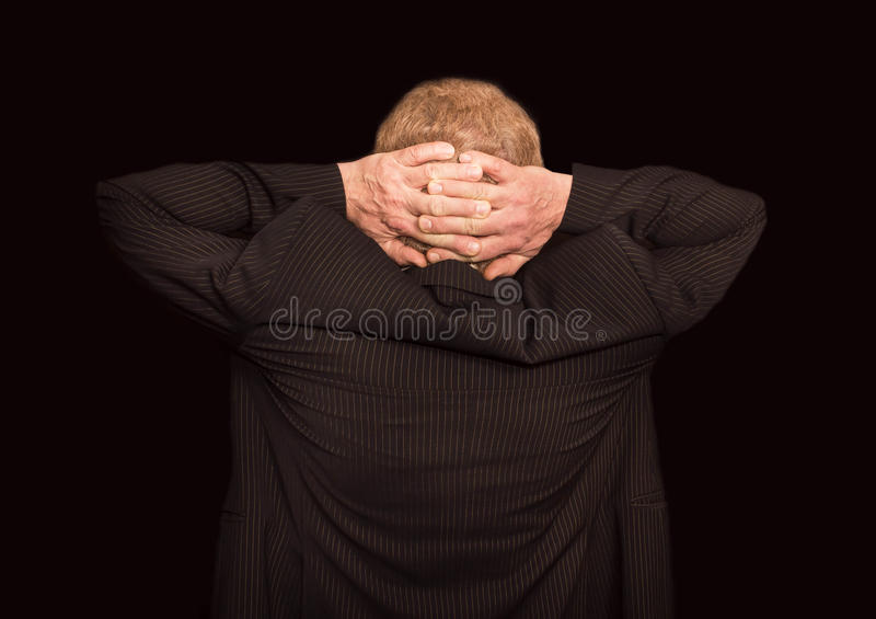 Relaxation d'affaires de l'homme d'affaires au-dessus du fond noir photos libres de droits