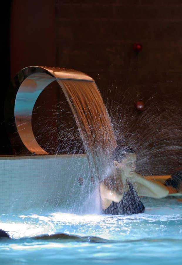 Relaxation de femme dans la piscine photos libres de droits