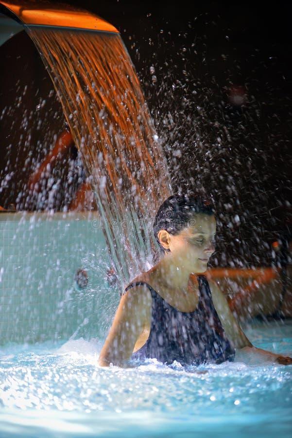 Relaxation de femme dans la piscine photographie stock