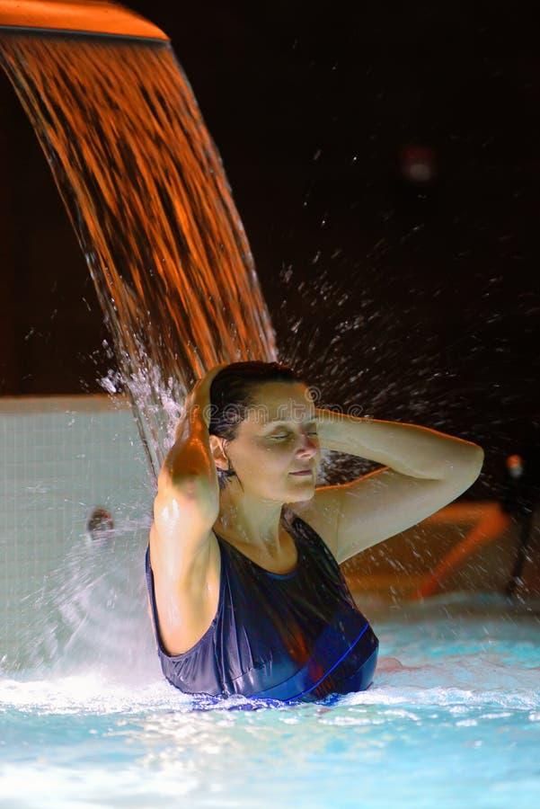 Relaxation de femme dans la piscine photo libre de droits