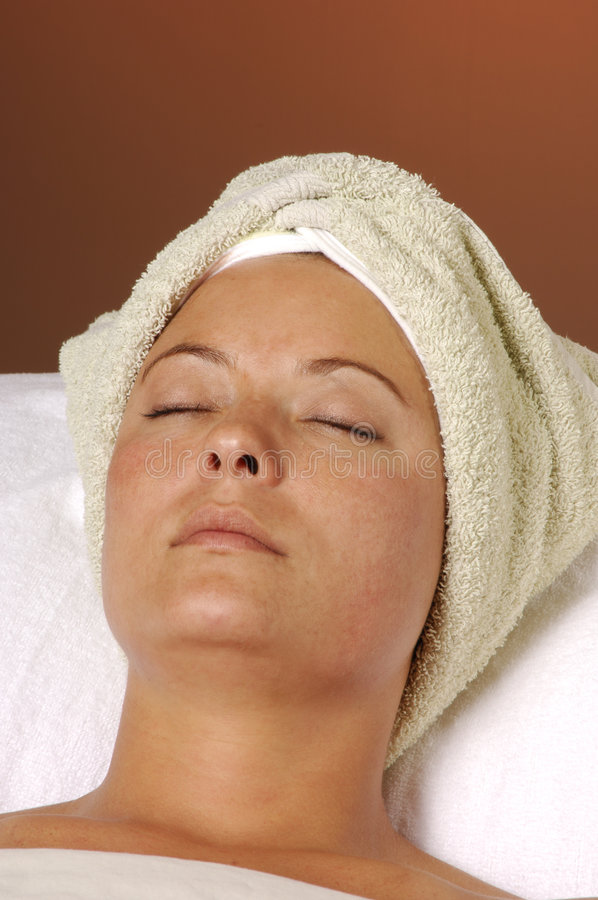 Relaxation de station thermale après massage facial image stock