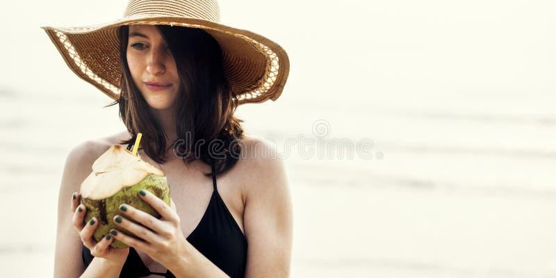 Relaxation de vacances de vacances d'été de plage de fille image stock