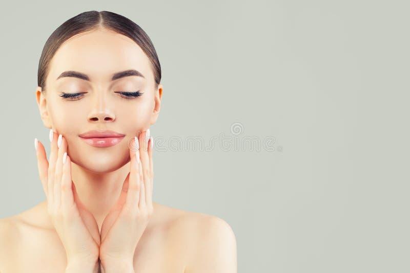 Relaxation et station thermale Belle jeune femme modèle en bonne santé avec le portrait clair de peau image stock