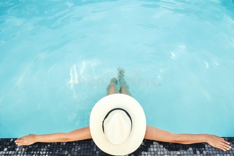Relaxation insouciante de femme dans le concept de vacances d'?t? de piscine photo libre de droits