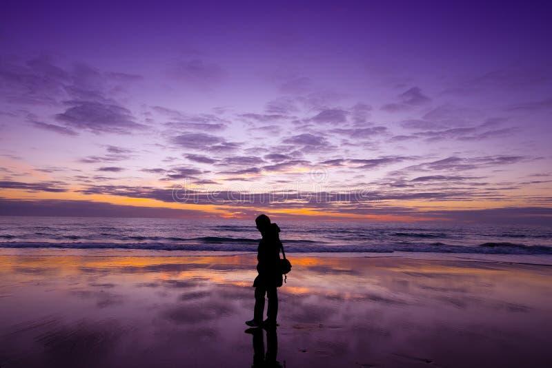 Relaxation marchant sur la plage au coucher du soleil image libre de droits