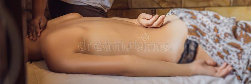 Relaxation totale Beau jeune Wwoman obtiennent le Balinese ou la BANNIÈRE thaïlandaise de massage, LONG FORMAT photo libre de droits