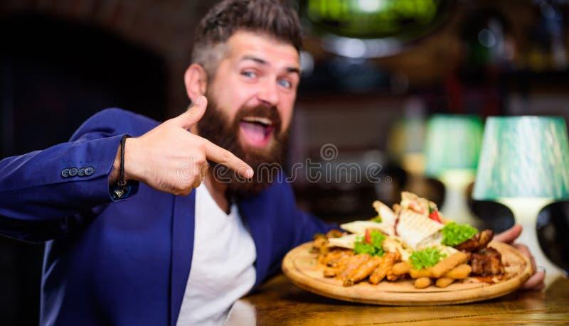 Relaxe após o dia difícil O terno formal do homem de negócios senta-se no restaurante O homem recebeu a refeição com os peixes fr foto de stock royalty free
