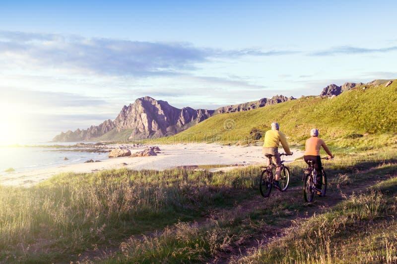 Relaxe biking em Noruega foto de stock royalty free