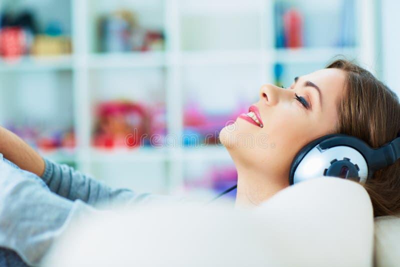 Relaxe com música de escuta Mulher nova 15 imagem de stock