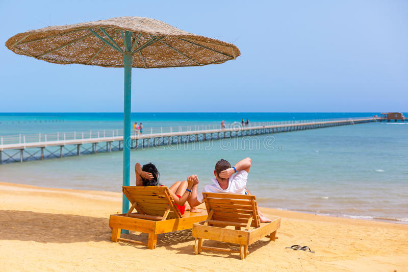 Relaxe dos pares loving na praia em Egito fotografia de stock