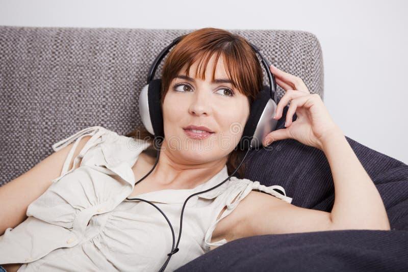 Relaxe e música de escuta imagens de stock
