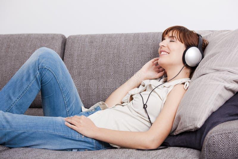 Relaxe e música de escuta fotografia de stock