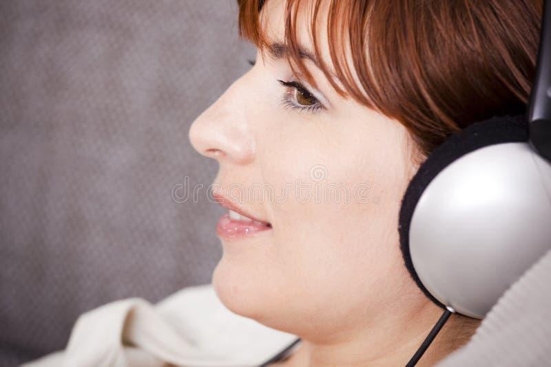 Relaxe e música de escuta fotos de stock