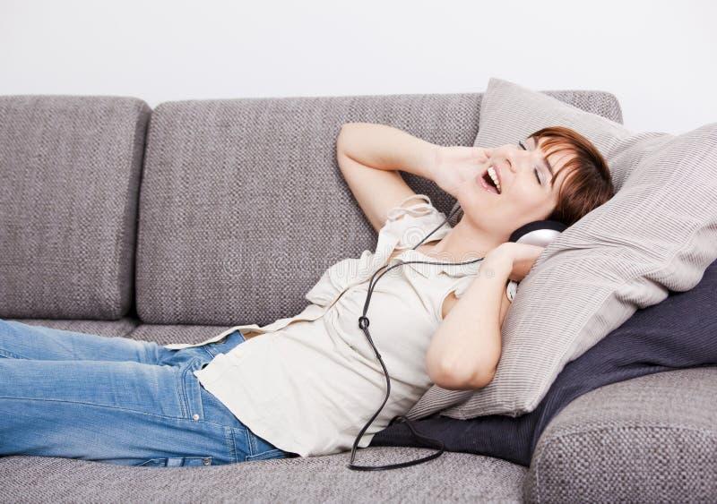 Relaxe e música de escuta foto de stock royalty free