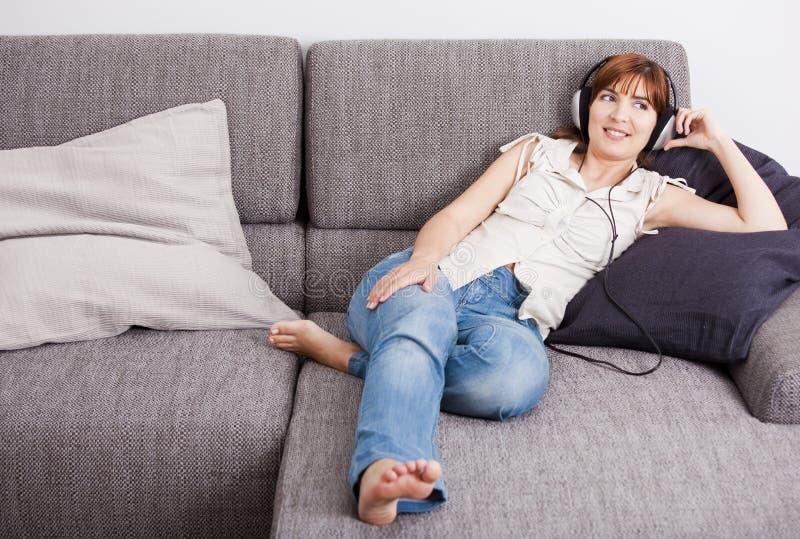 Relaxe e música de escuta foto de stock