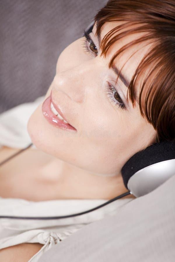 Relaxe e música de escuta imagem de stock