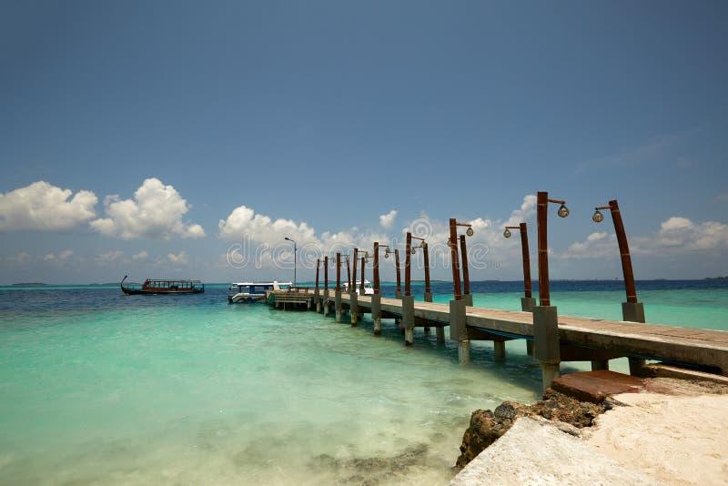 Relaxe em uma praia abandonada em uma ilha do paraíso tropical Praia branca da tartaruga da areia com o cais em Maldivas fotografia de stock royalty free