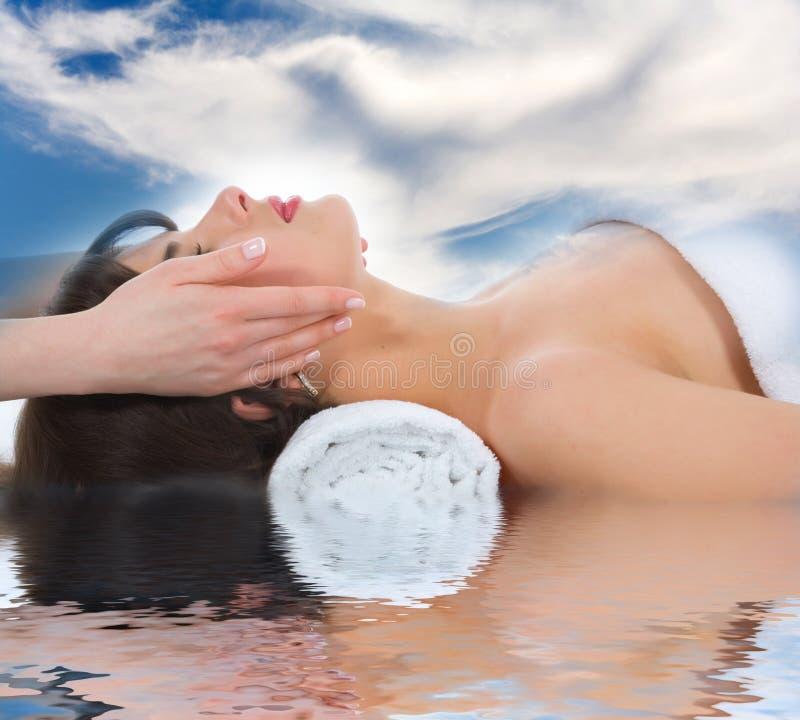Relaxe a massagem à menina imagens de stock royalty free