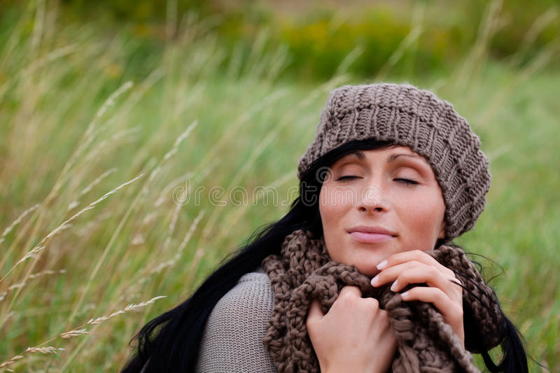 Relaxe a mulher ao ar livre foto de stock royalty free
