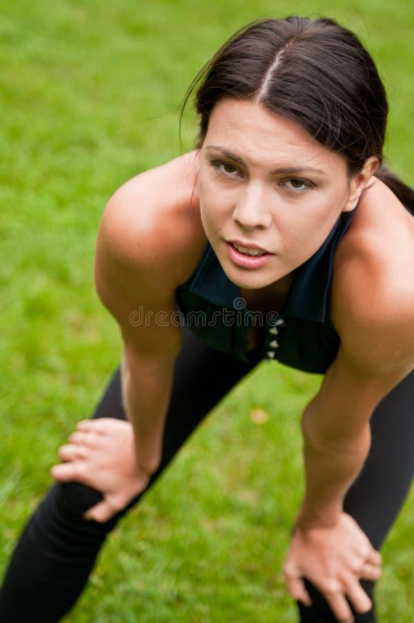 Relaxe - mulher tired após o esporte fotos de stock royalty free
