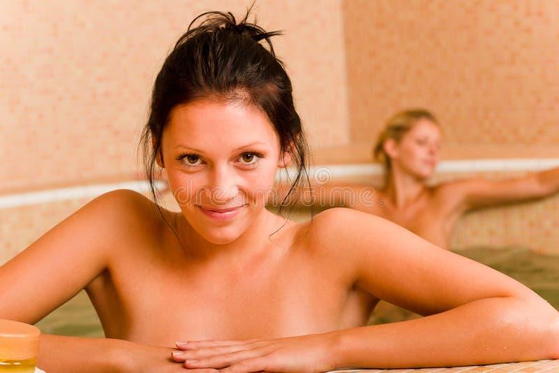 Relaxe mulheres despidas da associação dois dos termas para dentro foto de stock