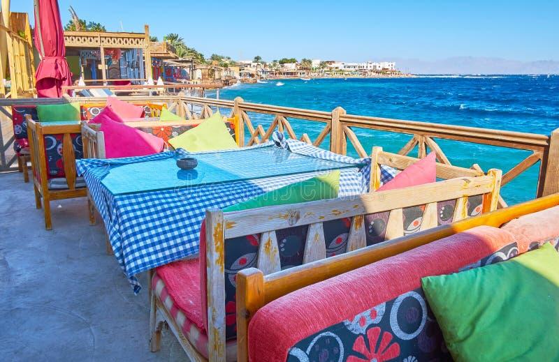 Relaxe no café litoral de Dahab, Sinai, Egito fotografia de stock