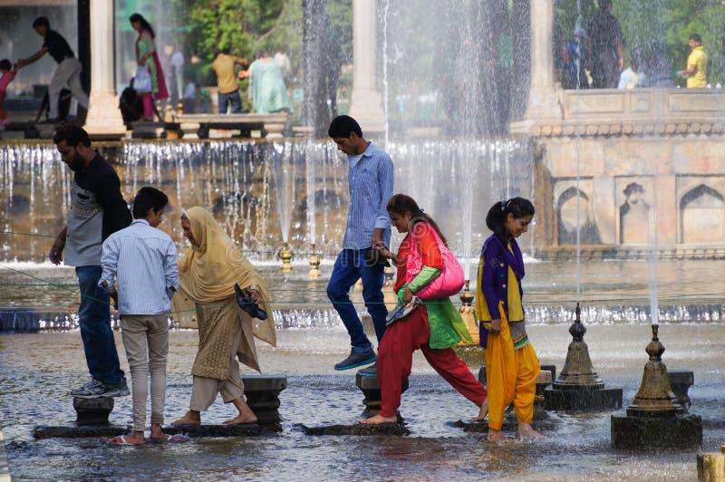 Relaxe o tempo no jardim Shalimar Srinagar de Mughal, Kashmir, Índia imagem de stock