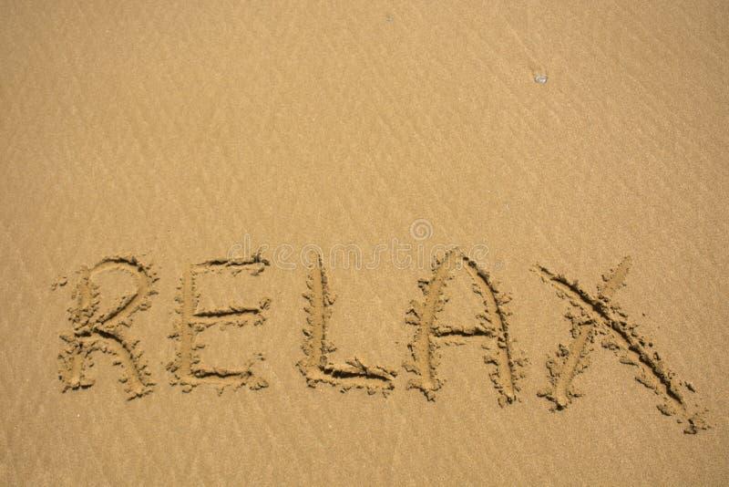Relaxe a palavra na textura da praia da areia Fundo natural da areia para o projeto Conceito do verão fotos de stock