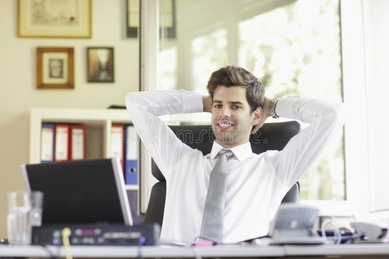 Relaxed молодой бизнесмен стоковое фото