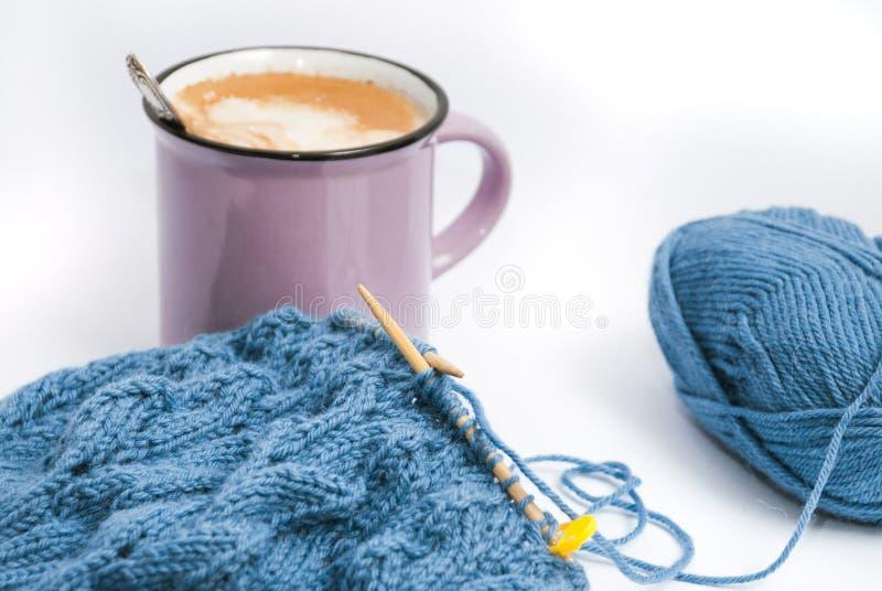 Relaxed tricotant avec du café et le petit déjeuner photographie stock libre de droits