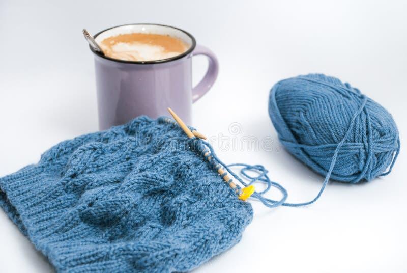Relaxed tricotant avec du café et le petit déjeuner photo libre de droits