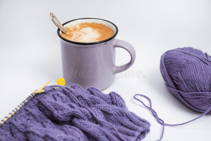 Relaxed tricotant avec du café et le petit déjeuner images stock