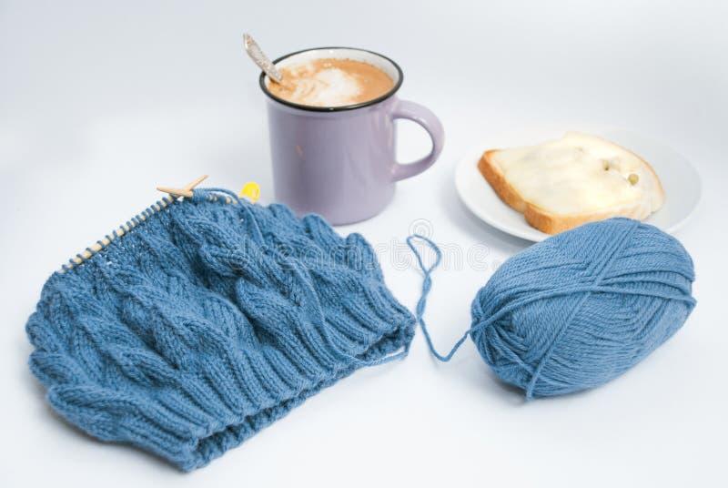 Relaxed tricotant avec du café et le petit déjeuner photos libres de droits