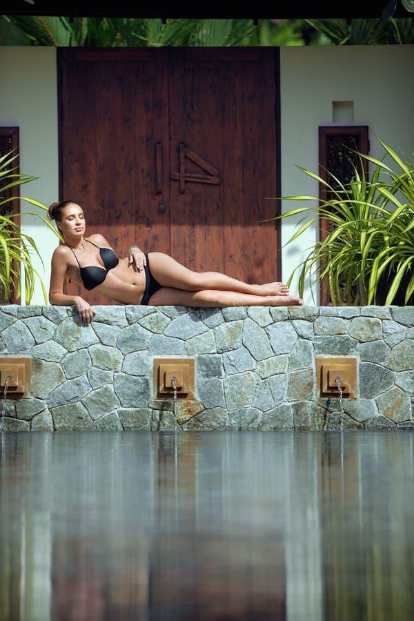 Relaxinggirl da menina que relaxa foto de stock