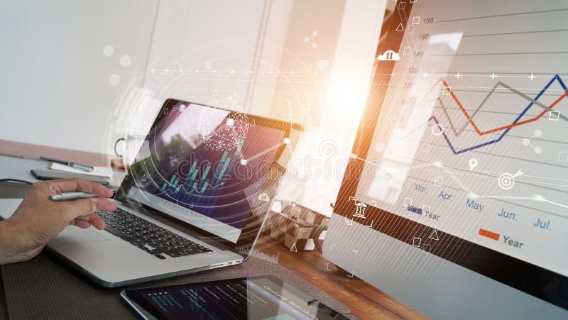 Relazione di attività e dati di vendite con lo sviluppo economico del grafico sulla rete dello schermo di computer, grafico finan fotografie stock