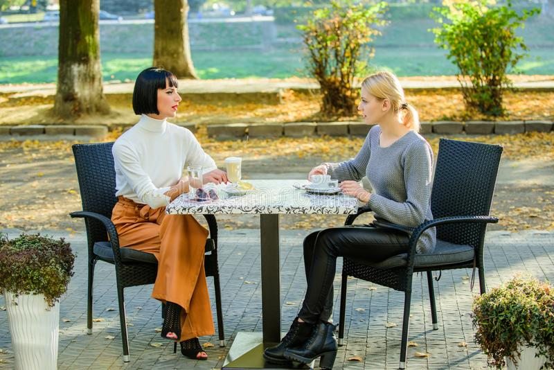 Relazioni amichevoli di amicizia Discussione delle voci Comunicazione fiduciosa Sorelle di amicizia Riunione di amicizia femmina fotografie stock