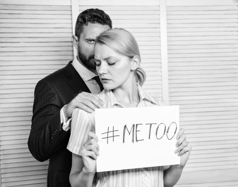 Relazioni dei colleghi di ufficio Metoo come nuovo movimento Molestia sessuale in lavoro e nel luogo di lavoro Femminile con indi immagine stock