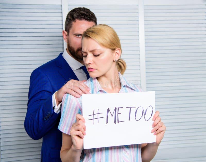 Relazioni dei colleghi di ufficio Metoo come nuovo movimento Molestia sessuale in lavoro e nel luogo di lavoro Femminile con indi fotografie stock libere da diritti