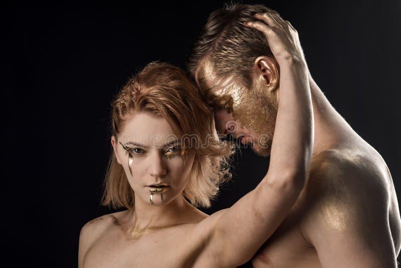 Relazioni della donna e dell'uomo Trattamento della stazione termale e dello skincare dell'oro Coppie sexy con trucco dorato di b fotografia stock libera da diritti