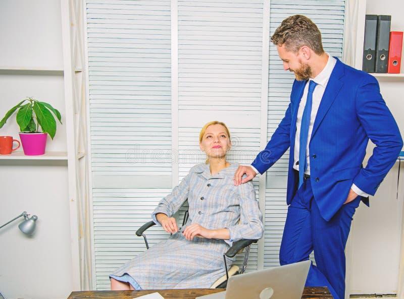 Relazioni vietate Molestia sessuale sul lavoro Riconosca l'inseguitore Il flirt o la molestia sessuale riconosce e riferisce immagine stock libera da diritti