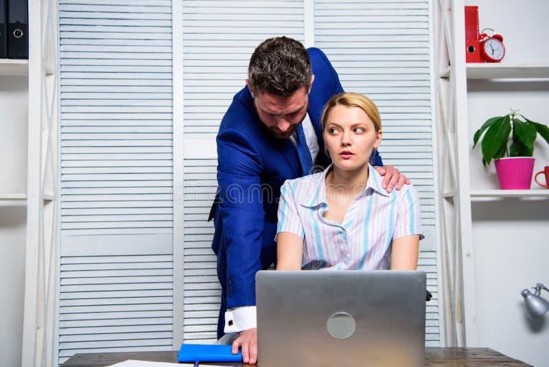 Relazioni vietate sul lavoro Aggressione sessuale nel luogo di lavoro Il responsabile di ufficio della donna soffre l'aggressione fotografia stock