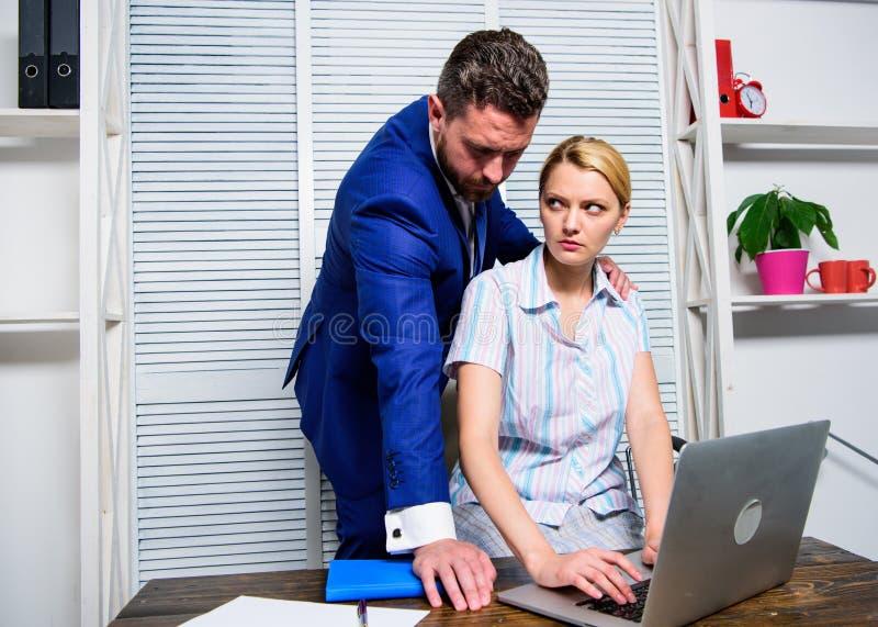 Relazioni vietate sul lavoro Il responsabile di ufficio della donna soffre l'aggressione sessuale e le molestie Concetto di abuso fotografie stock libere da diritti