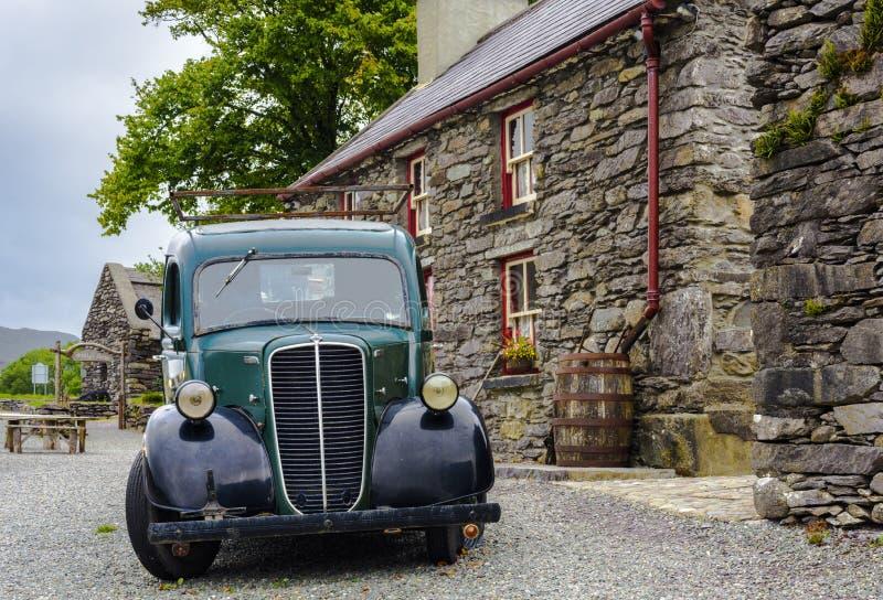 RELEIGH, ΙΡΛΑΝΔΙΑ - 28 ΑΥΓΟΎΣΤΟΥ: Αυτοκίνητο Oldtimer μπροστά από σπίτι της Molly Gallivan ένα παραδοσιακό ιρλανδικό αγροτικό στοκ φωτογραφίες