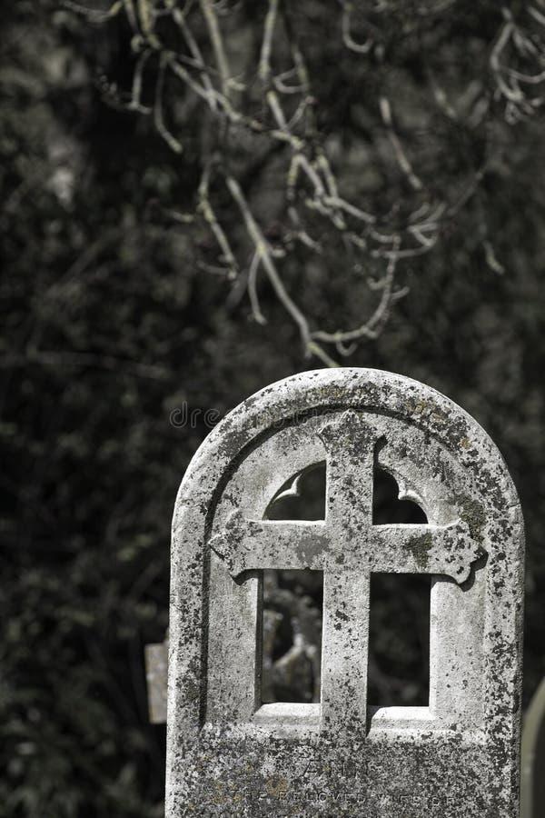 Relembrança e mortalidade Lápide antiga do cemitério fotografia de stock